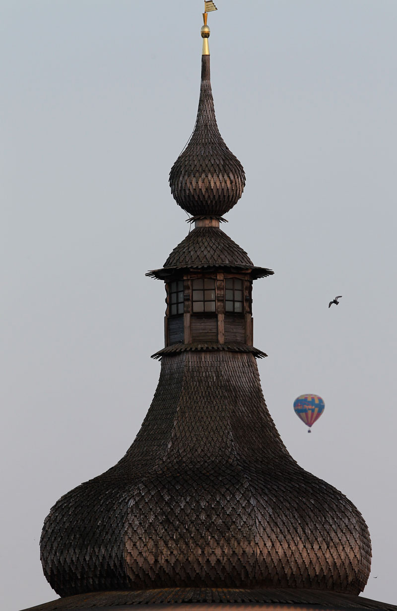 Queste città normalmente vengono visitate per gli affascinanti complessi architettonici che attirano ogni anno numersi turisti. Per l'occasione, però, gli ospiti sono rimasti con il nasù per osservare i palloni aerostatici nei cieli di Pereslavl Zalesskij e Rostov Velikij