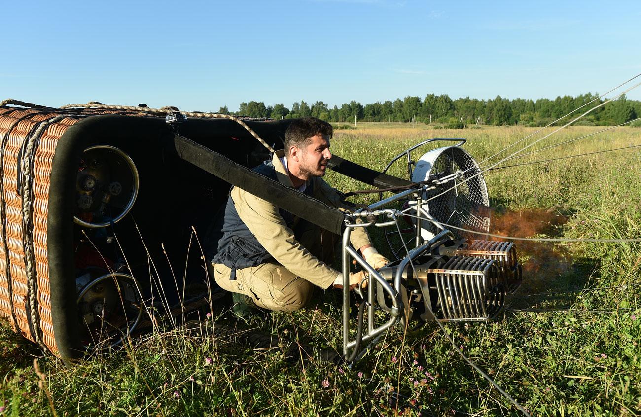Пилотът на дирижабъл Михаил Латипов практикува управление на балон с горещ въздух от дете.