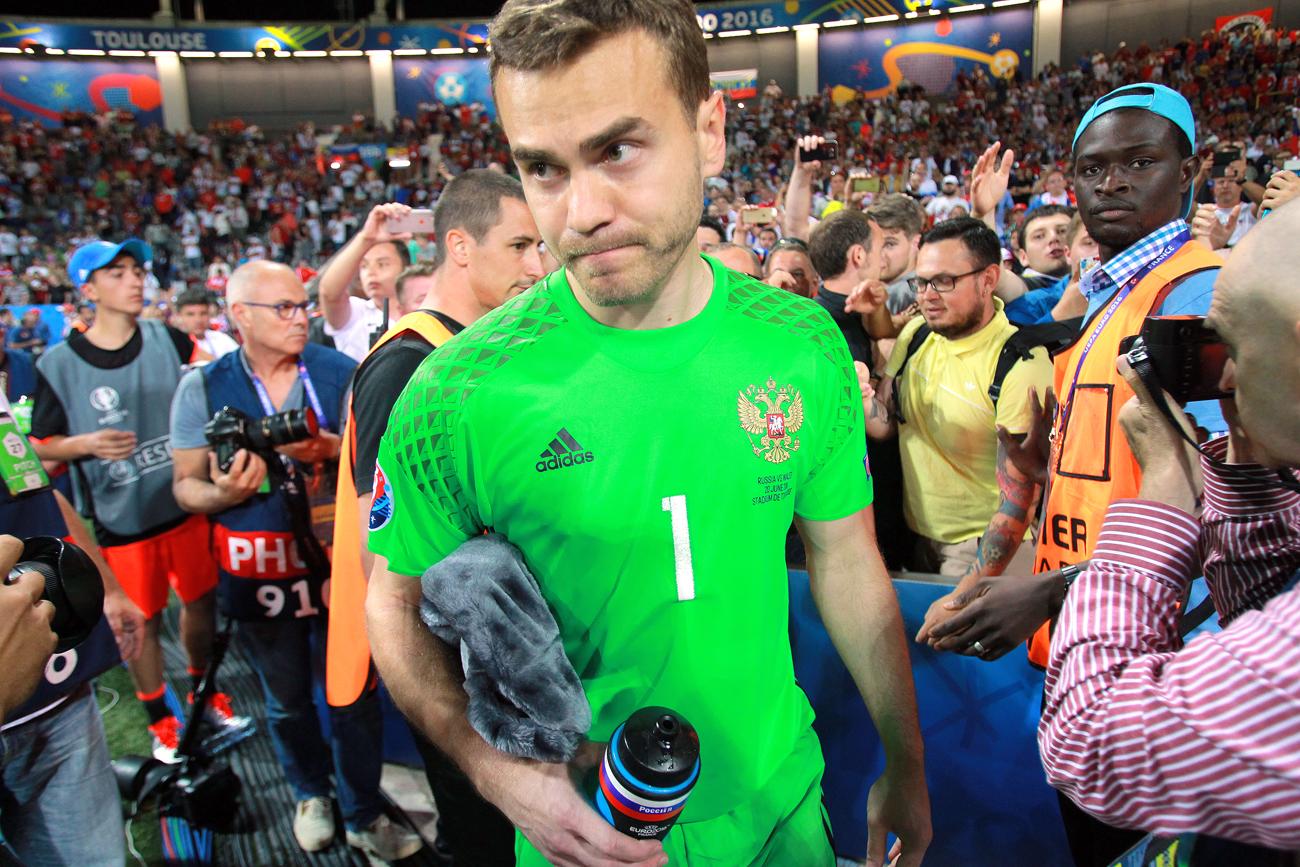 Kiper timnas Rusia Igor Akinfeev setelah pertandingan antara Rusia dan Wales pada babak penyisihan Grup B Euro 2016.