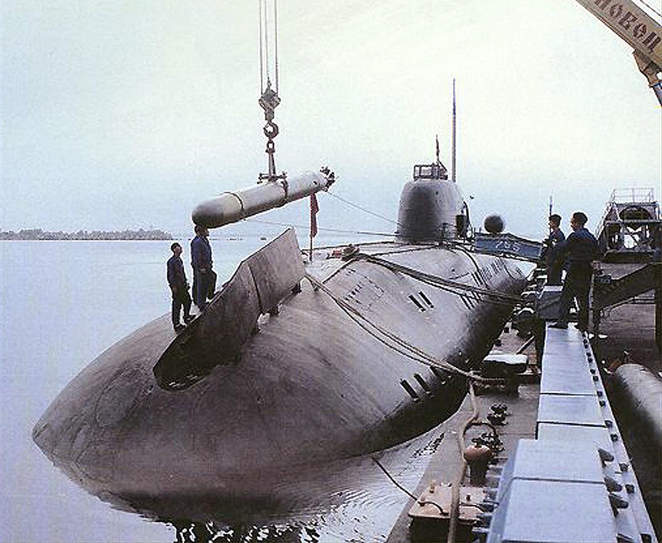 Sebuah foto tanpa tanggal menunjukkan roket sonar tengah dimuat ke dalam kapal selam Rusia kelas Oscar.