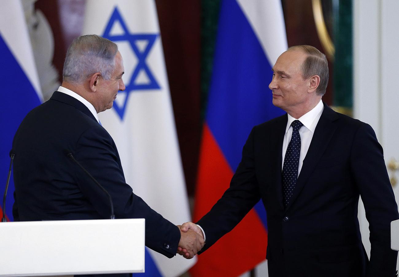 Le président russe Vladimir Poutine (à droite) et le premier ministre israélien Benjamin Netanyahu se serrent la main  lors d'une conférence de presse suite à leur entretien au Kremlin à Moscou.