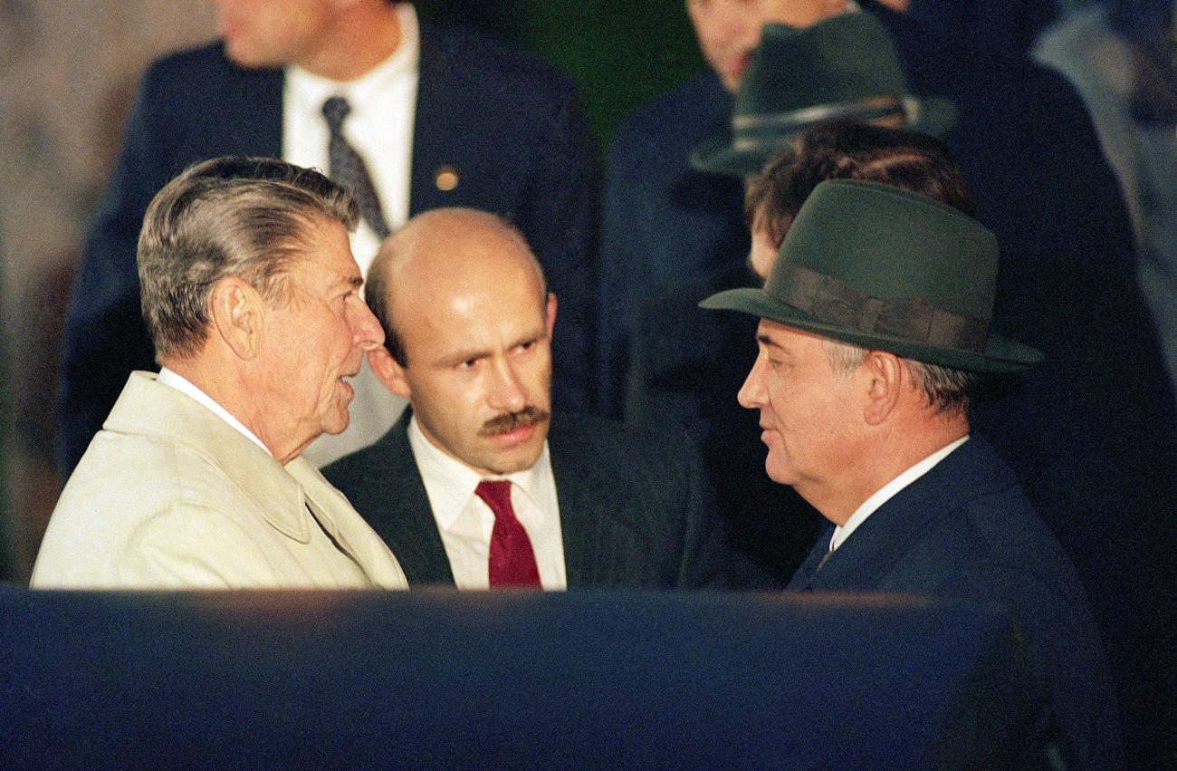 Ronald Reagan, Pável Palazhchenko y Mijaíl Gorbachov.