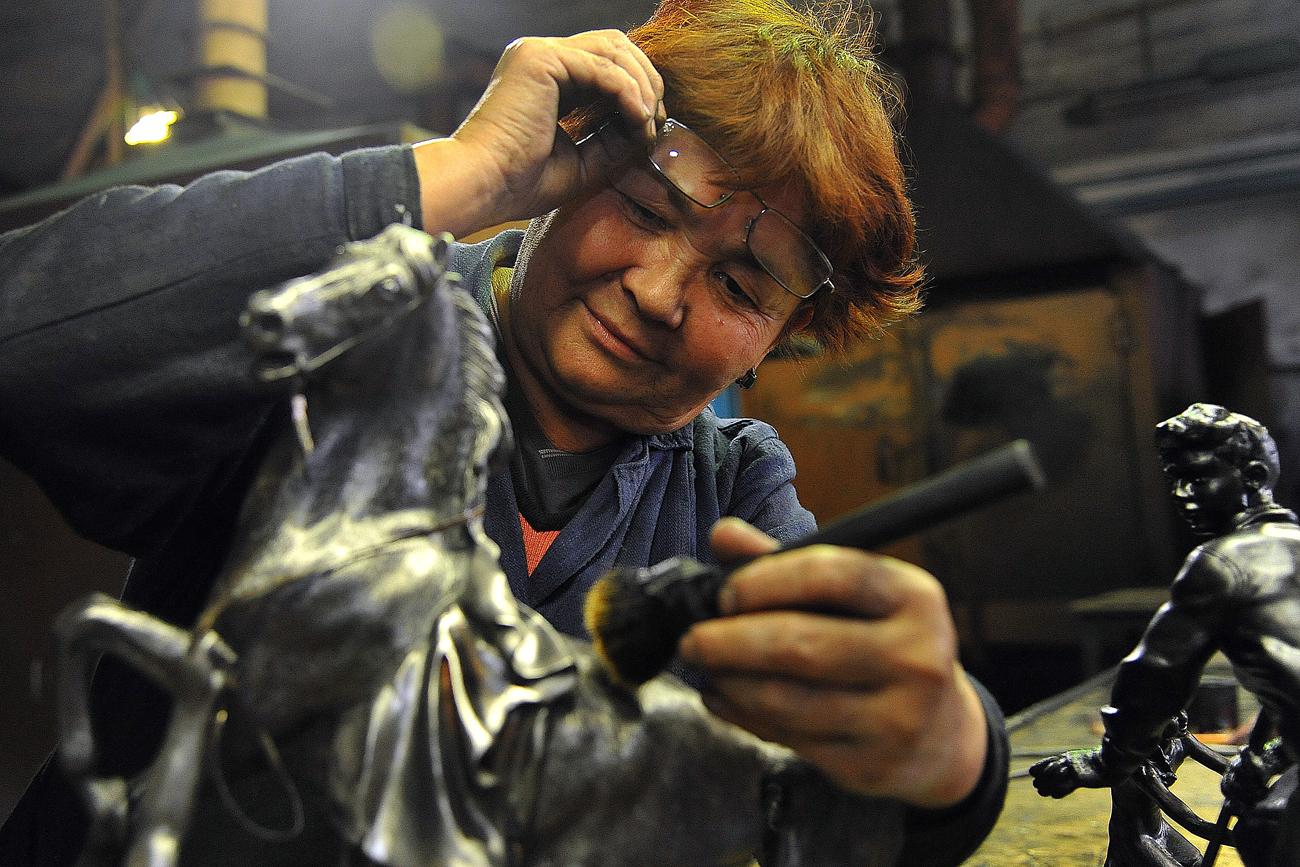 Employée de l'usine de Kasli peint une sculpture. Crédit : Aleksandr Kondratuk / RIA Novosti