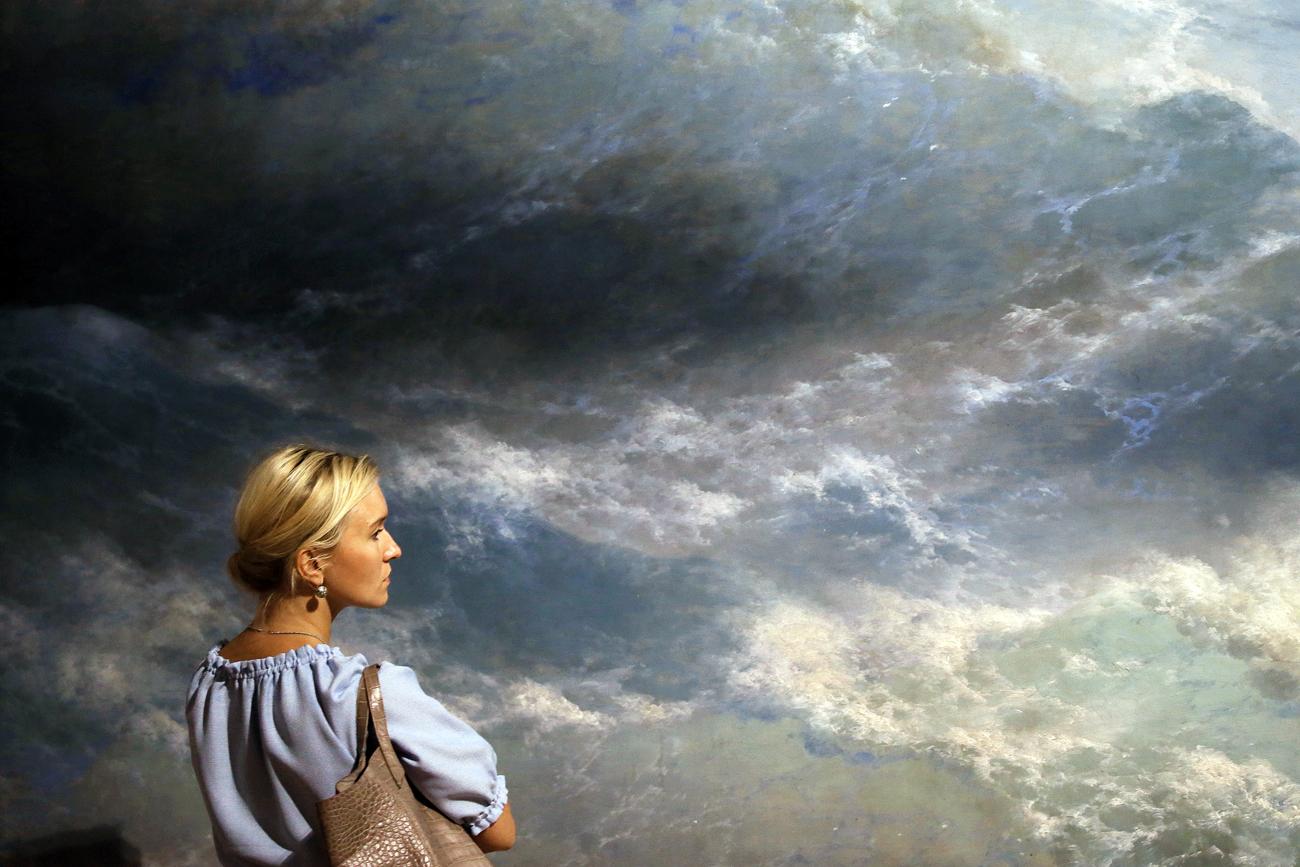 """Посетителка на изложбата """"Иван Ајвазовски"""", посветена на 200-годишнината од неговото раѓање. Третјаковска галерија, Москва, Русија."""