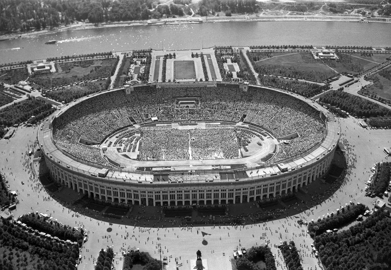 Stadion Luzhniki Moskow dibangun pada 1956, tak lama setelah atlet Soviet untuk pertama kalinya ikut berkompetisi secara internasional pada Olimpiade Musim Panas 1952 di Helsinki, Finlandia.