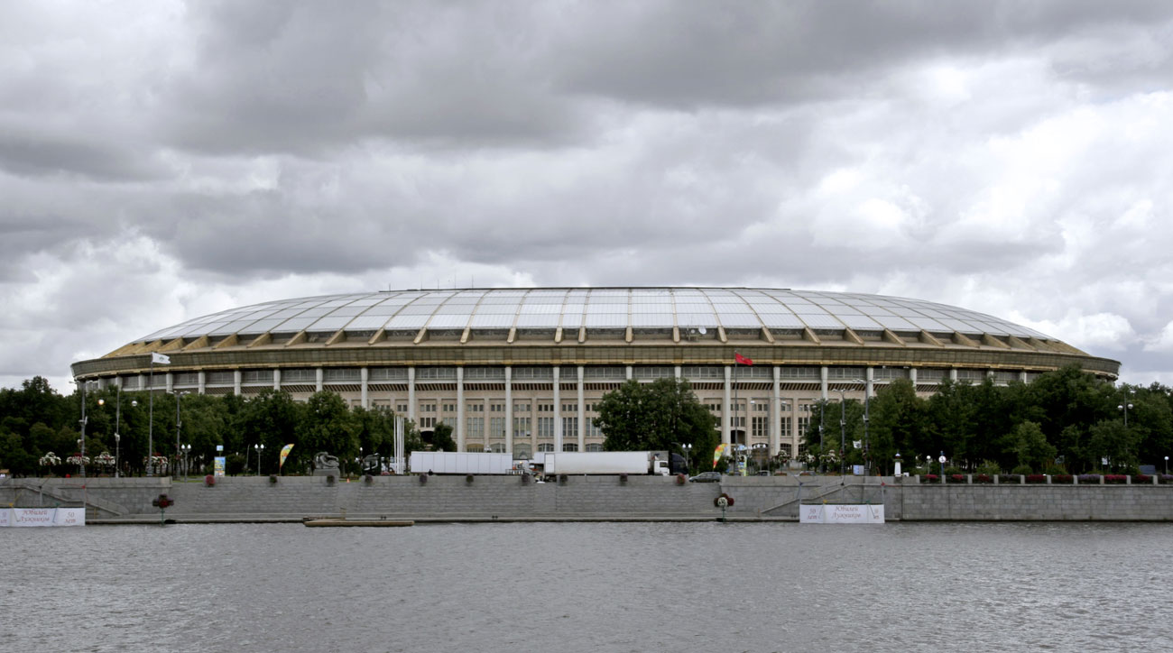 Pada tahun 1997, atap tembus pandang ditambahkan di atas tribun Luzhniki untuk melindungi para penonton dari terpaan hujan. Meski begitu, tetap ada banyak penggemar yang mengkritik arena ini karena Luzhniki dirasa kurang nyaman dari segi visibilitas dari banyak bangku penonton ke lapangan.