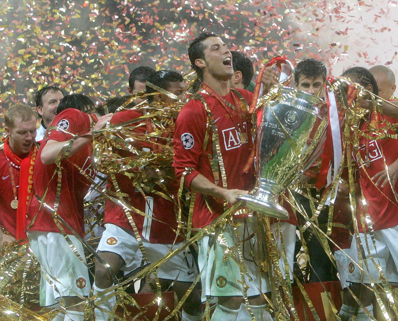 Pada partai final Liga Champions UEFA 2008, pemerintah akhirnya menggunakan rumput alami pada lapangan stadion. Namun, tak lama setelah pertandingan, mereka kembali mengganti rumput itu dengan karpet rumput buatan mereka yang telah berumur. // Pemain bola Cristiano Ronaldo dari Manchester United merayakan kemenangan pada akhir pertandingan final kejuaaraan sepak bola Liga Champions di Stadion Luzhniki, Moskow.