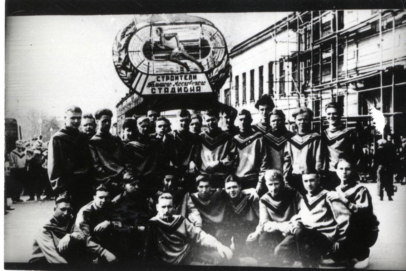 ヘルシンキ大会で予期せず優れた成績をおさめ、メダル獲得数で2位を達成したソ連の選手たちは、常設のトレーニング場所を必要としていた。ソ連の建築家や建設労働者は、わずか450日で新しいスタジアムを建てるという偉業を果たした。