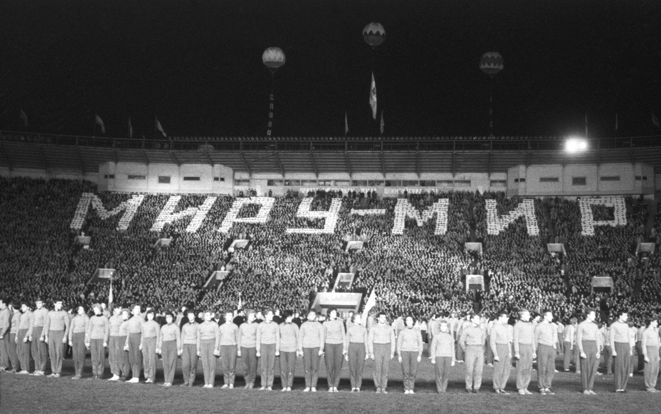 新しい巨大な建造物がウラジミール・レーニンの名にちなんで名付けられたことに驚きはない。1992年に、同スタジアムはルジニキと改名された。// 1960年ローマ夏季五輪でのソ連入賞者たちの勝利パレード