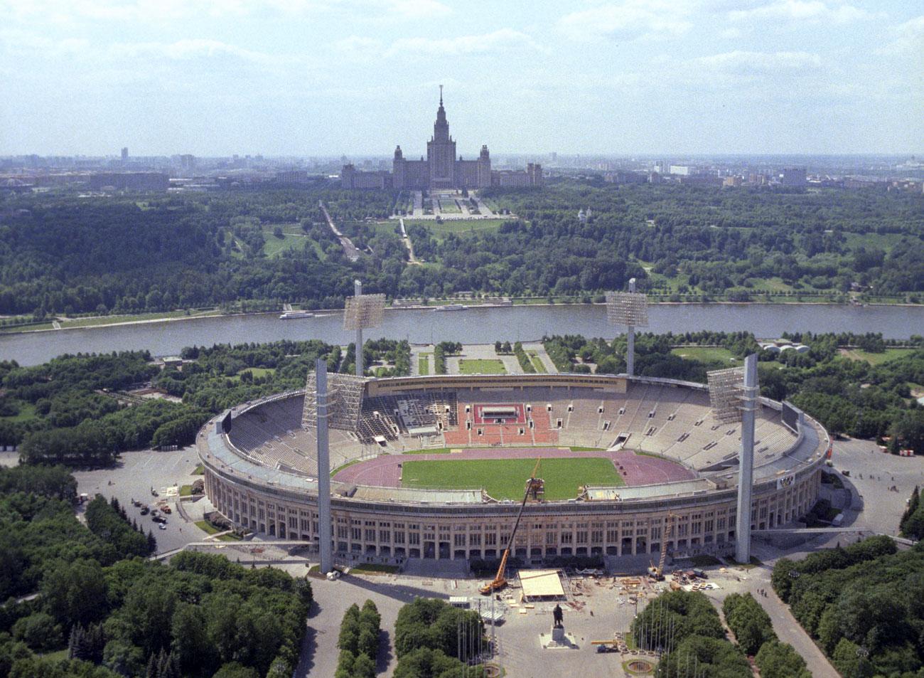 Stadion ini dibangun di daerah yang indah di samping Bukit Lenin (sekarang Bukit Sparrow) dan di seberang gedung utama Universitas Negeri Moskow (MGU).