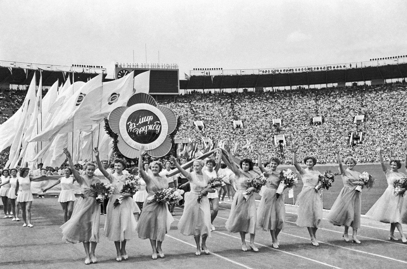 Luzhniki membuat debut yang mengesankan dengan menjadi tuan rumah upacara pembukaan Festival Pemuda dan Mahasiswa Dunia Ke-6 pada Juli 1957.