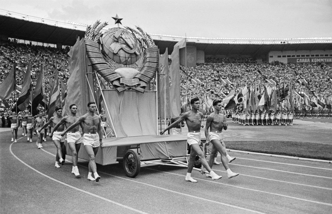 この巨大なスタジアムは、共産主義社会の精神を誇示するためのスポーツの祭典行事の会場とするのにぴったりだった。 // 1959年。第2回全ソ連邦スパルタキアードの開会式