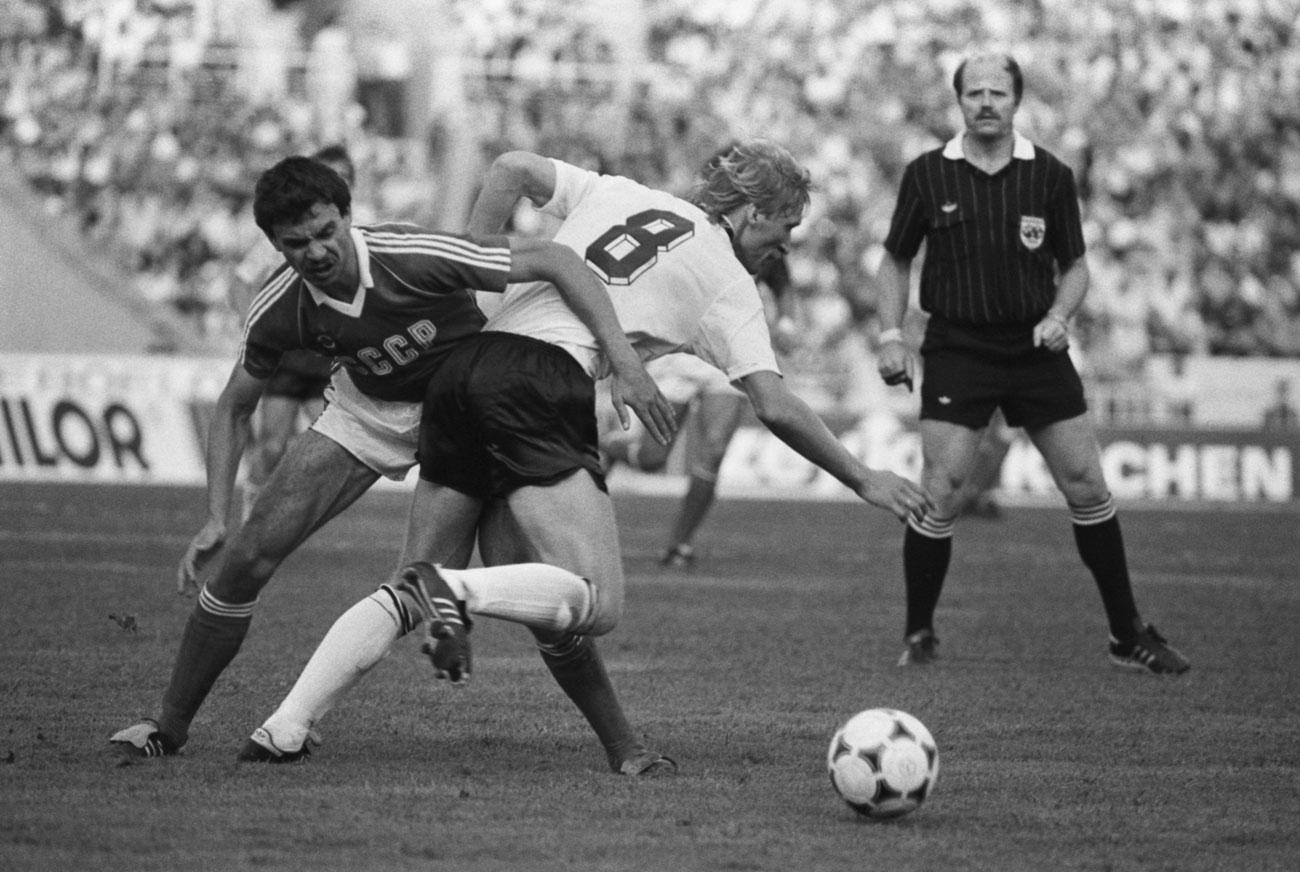 Luzhniki juga merupakan stadion utama sepak bola Soviet dan rumah bagi tim nasional Uni Soviet. Stadion ini pun menjadi saksi bisu atas tragedi tewasnya 66 orang selama pertandingan sepak bola antara FC Spartak Moskow dan HFC Haarlem pada Kejuaraan Piala UEFA 1982 – 1983 tanggal 20 Oktober 1982 di Luzhniki. // 1985. Pertandingan persahabatan antara Uni Soviet dan Jerman Barat.