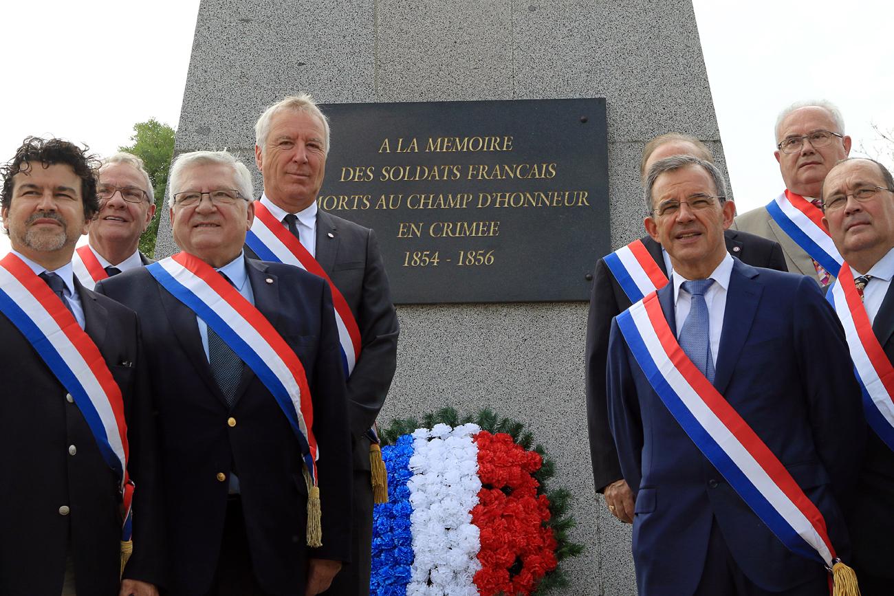 La délégation française au cimetière militaire français de Sébastopol. Crédit : Alexei Pavlishak/TASS