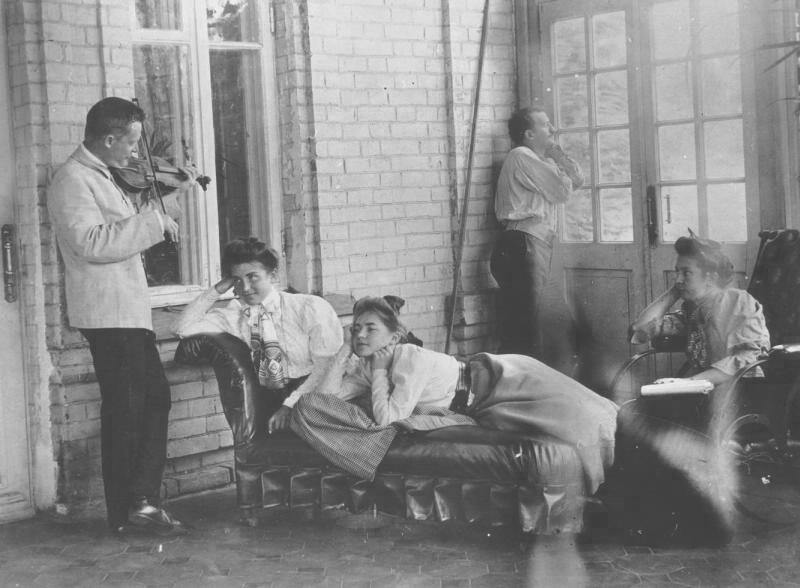 През лятото много жители на големите руски градове търсят убежище в своите дачи – селски къщички, които заемат особено място в руската народопсихология. / Соколово-Бородинското семейство на дачата си, 1900-те.