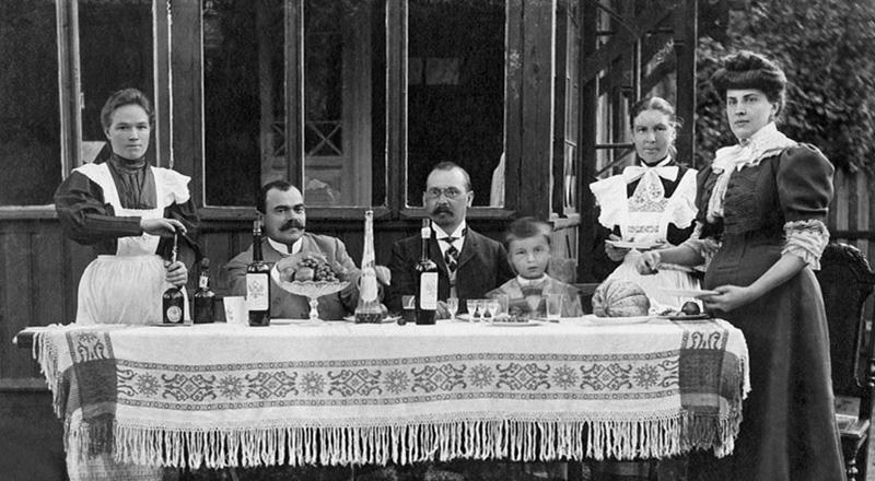 """След революцията всичко се променя. Подобни имоти са заклеймени като """"буржоазни"""" и са конфискувани от държавата. / Дача, 1900-1903"""