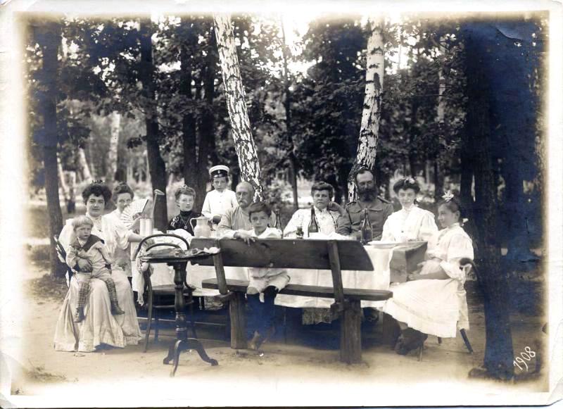 Дачата се състои от стара дървена къща с веранда, иконом, следобедни разходки, семейни концерти и вечерни литературни четения. / Пиене на чай на дачата, 1908 г.