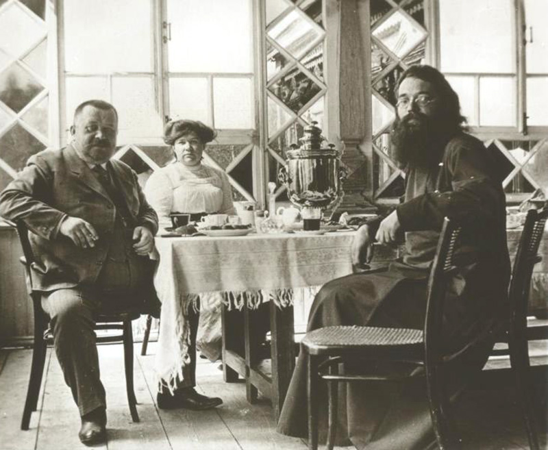 The dacha was also a paradise for those seeking privacy. / Drinking tea at the dacha, 1900s.