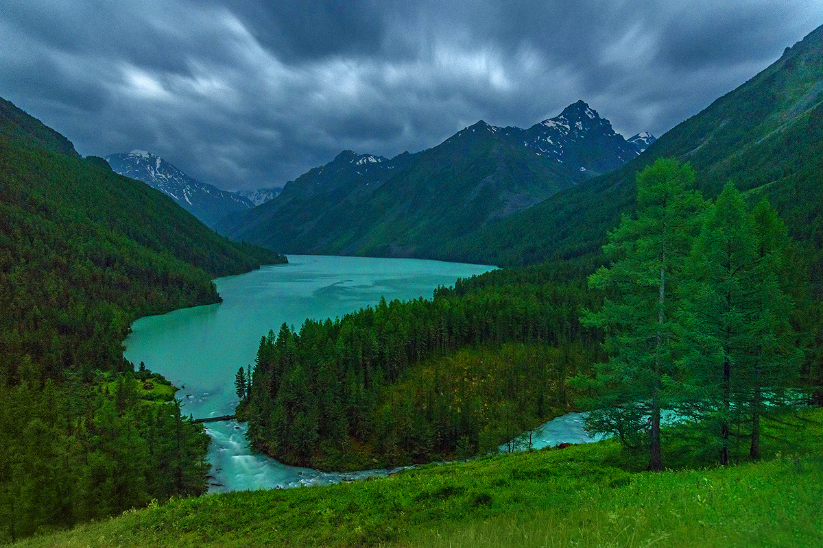 El macizo de Altái se extiende hasta Asia Central y cruza cuatro fronteras estatales: la de Rusia, la de Mongolia, la de China y la de Kazajistán.