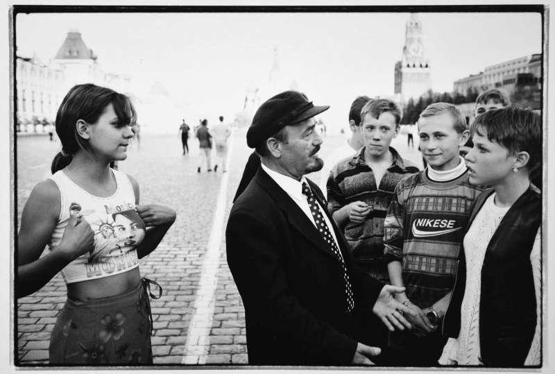 He made many great shots, among them a Lenin lookalike talks with youngsters about communist ideas, while a girl behind sports a T-shirt with a Monika Lewinsky photo.