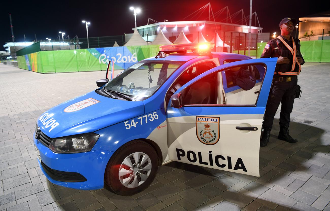 Policiais fazem patrulham nos entornos da Vila Olímpica, na Barra