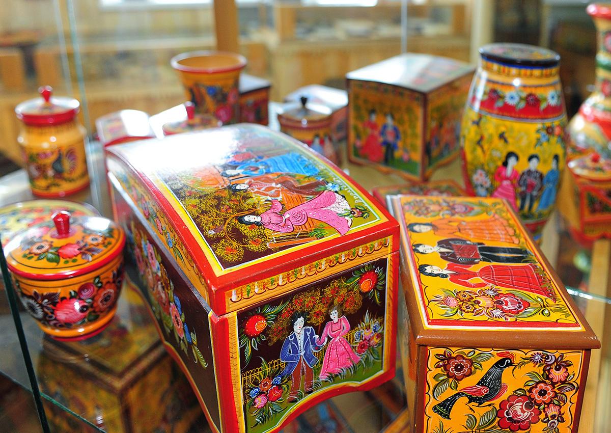Заводът за городецки рисунки в Нижегородска област пази този народен занаят от началото на 20 век.