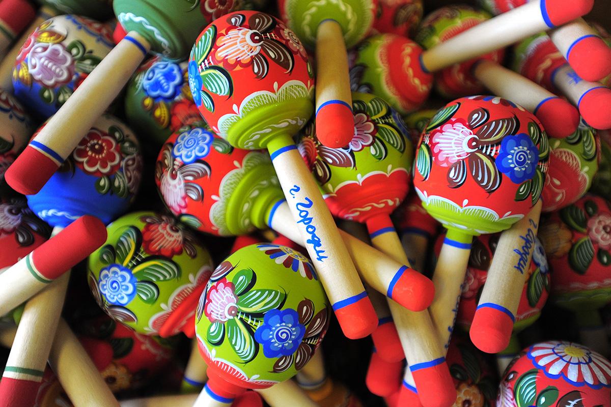 Стилът е много популярен за украса на детски мебели и играчки, включително люлеещи кончета и дрънкалки.