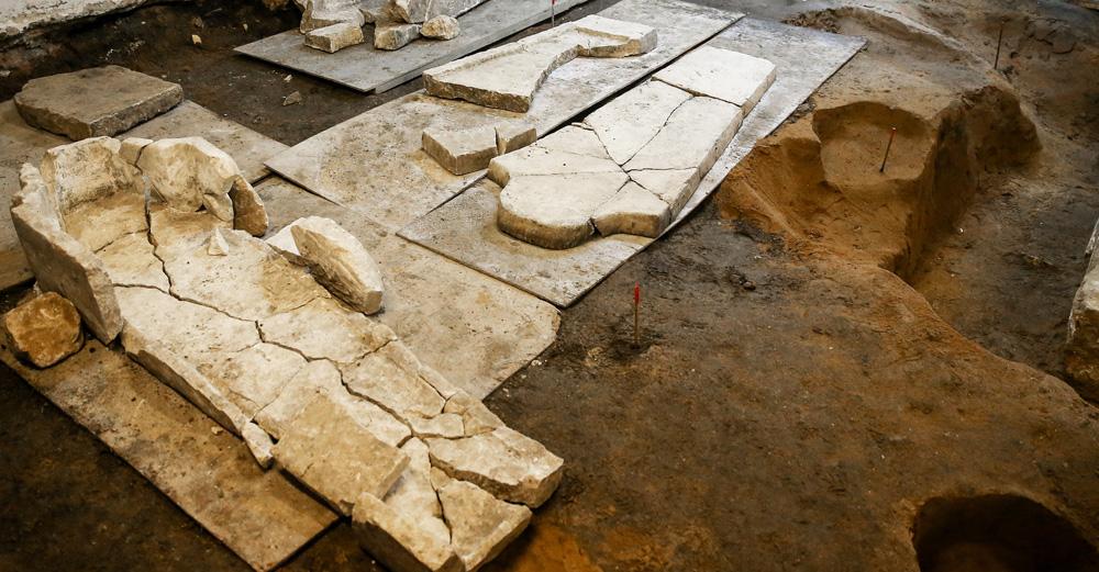 Gli antichi resti venuti alla luce durante gli scavi\n