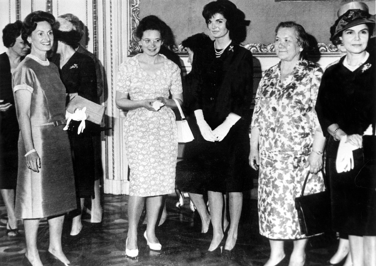 g-d Martha Kyrle (fille du Docteur Scarf), Mlle Helena Khrouchtchev (fille de Mme Khroushtchev) , Jackie Kennedy et Mme Nina Khroushtchev (2e femme de Khroushtchev) le 5 juin 1961 lors d'une reception a ete offerte au Palais Pallavicini a Vienne en leur honneur pendant que leurs maris respectifs se rencontrent Martha Kyrle (daughter of Dr Scarf), Miss Helena Khrouchtchev (daughter of Mrs Khroushtchev) , Jackie Kennedy and Mrs Nina Khroushtchev (2nd wife of Khroushtchev) june 05, 1961 during reception in their honour at Palais Pallavicini in Vienna while husbands are meeting for politics