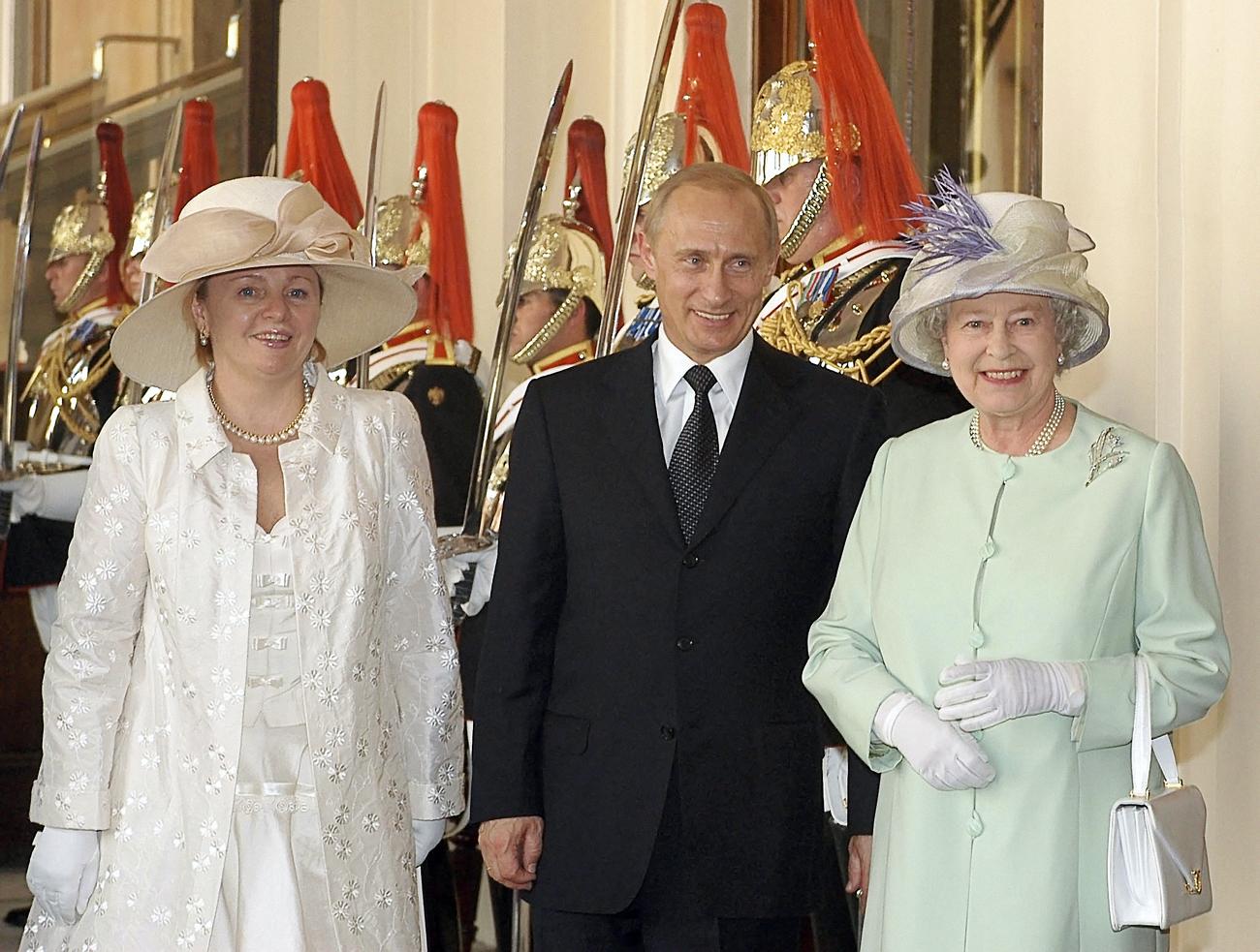 Британската кралица Елизабета II (десно), претседателот на РФ Владимир Путин, кој пристигна во државна посета на Британија и неговата сопруга Људмила во текот на церемонијата за пречек во Лондон.