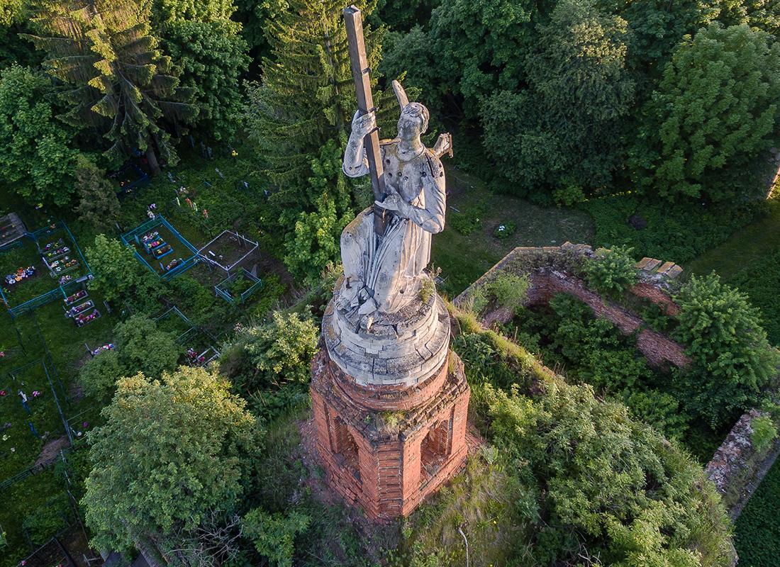 トゥーラ州のアクシニーノにある聖堂の上で奇跡的に残存する天使像 。