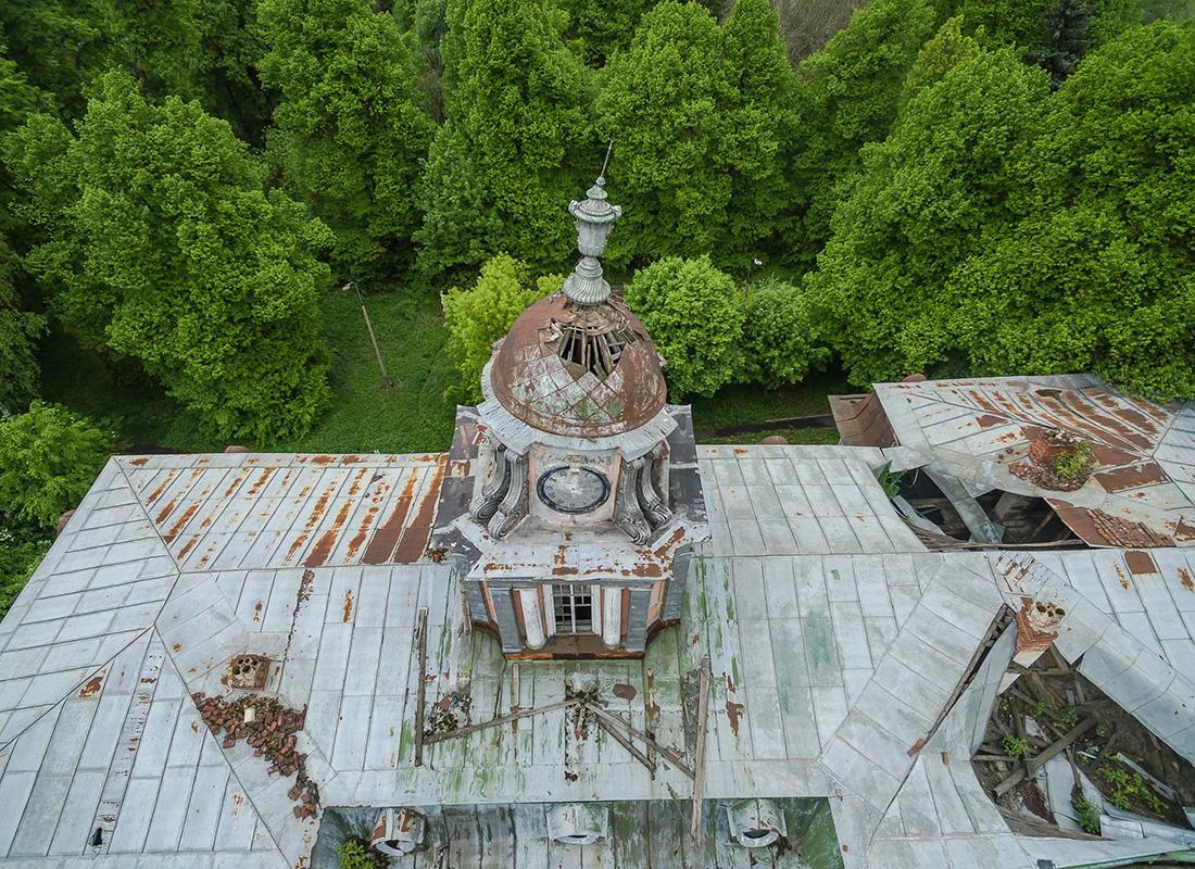 ヴィノグラードヴォにある家の、傾きかけた時計塔。