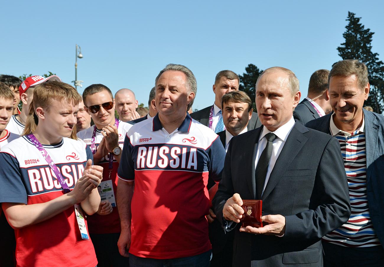 Der russische Präsident Wladimir Putin trifft sich mit dem Sportminister Witali Mutko (Mitte) und dem Präsidenten des Nationalen Olympischen Komitees Russlands Alexander Zhukow (r.) während der Europaspiele in Baku im Juni 2015. Foto: Alexei Druzhinin/RIA Novosti