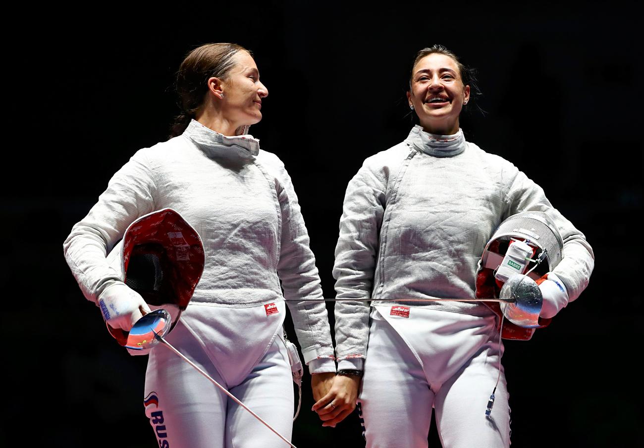Die russischen Fechterinnen Jana Egorjan (r.) und Sofia Welikaja (l.) haben in Rio Gold und Silber gewonnen. Foto: Reuters