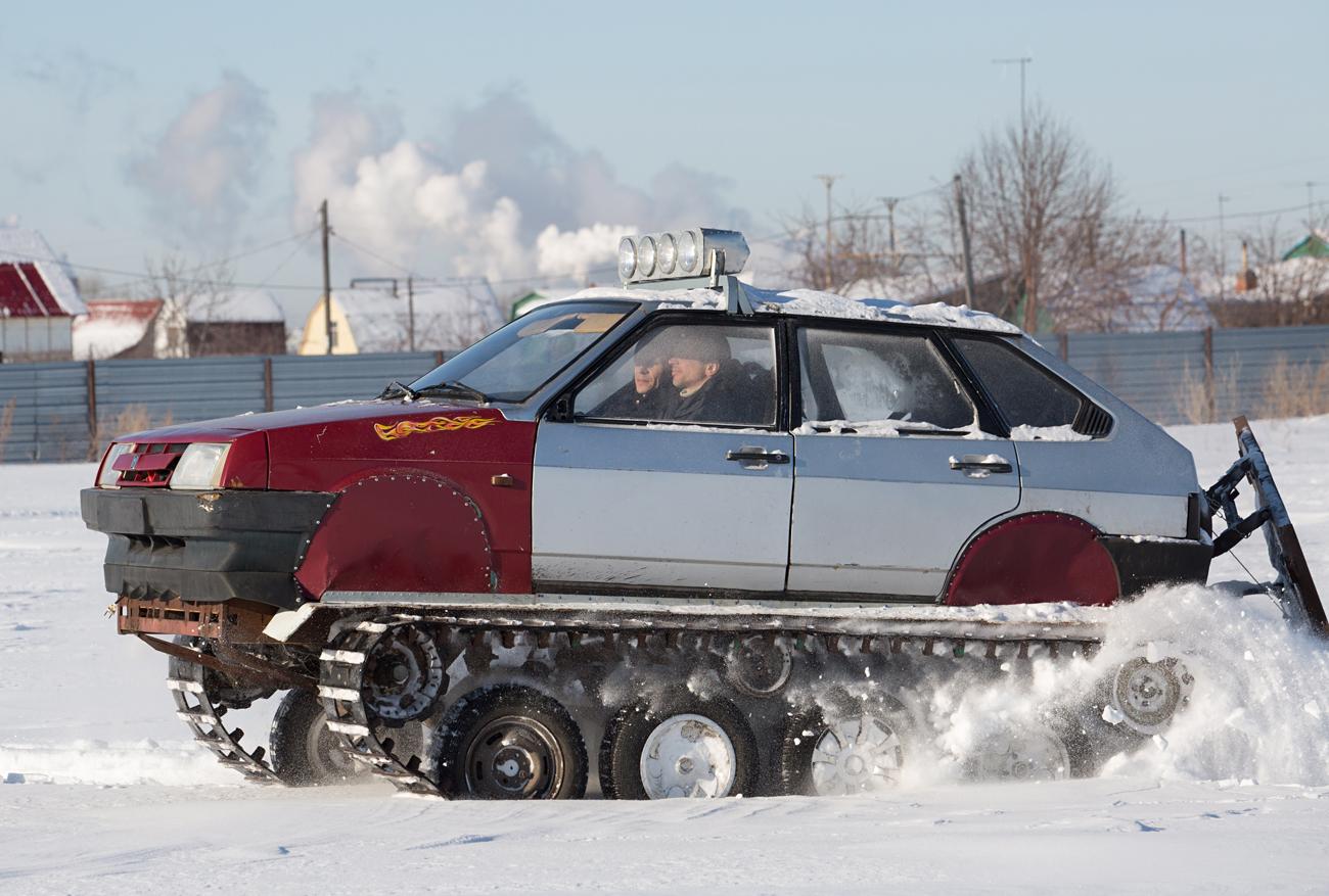 オムスクの電気技師によるVAZ自動車をベースにした無限軌道全地形車=