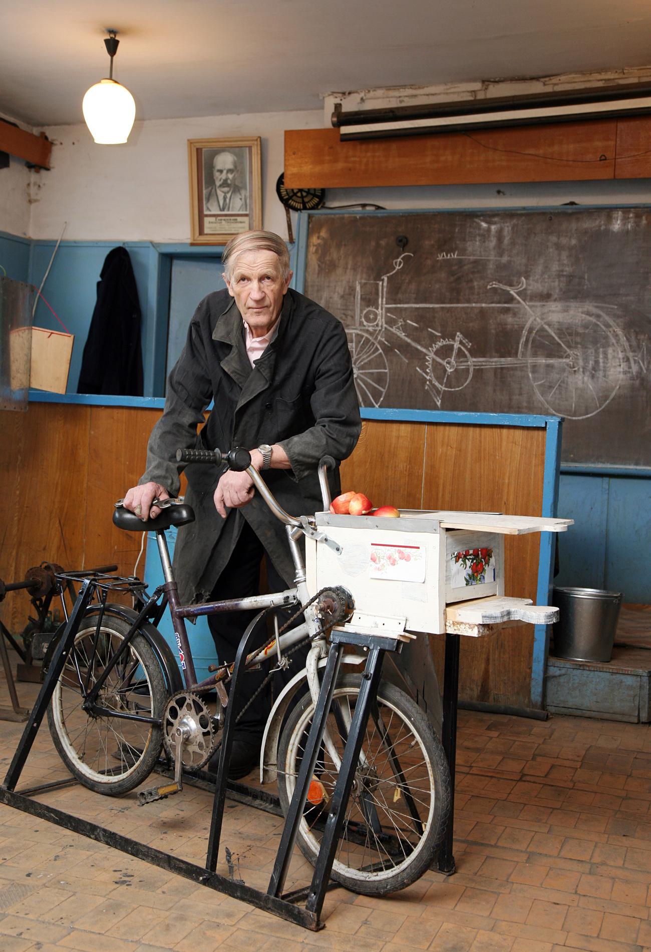 Виктор Таригин, преподавател от Борисоглебск, конструира велосипед-сокоизстисквачка. Снимка: Александър Рюмин/ТАСС