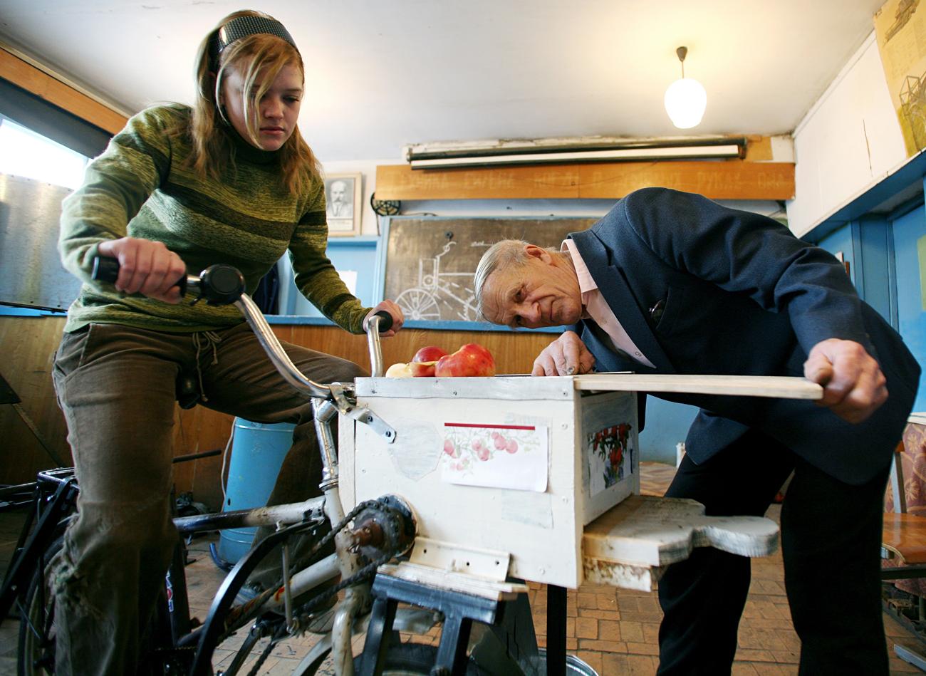 Učitelj Viktor Tarigin iz ruskega kraja Borisglebsk je izumil sokovnik, ki ga poganja kolo. Tukaj napravo preizkuša ena od njegovih učenk na poklicni šoli.