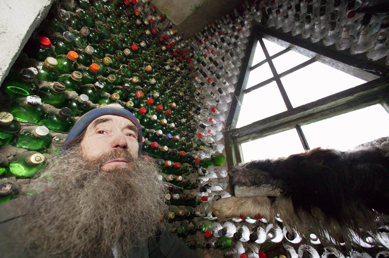 Владимир Мичков, пенсионер от Калининград, построи с бутилки триетажна къща. Игор Зарембо/ТАСС