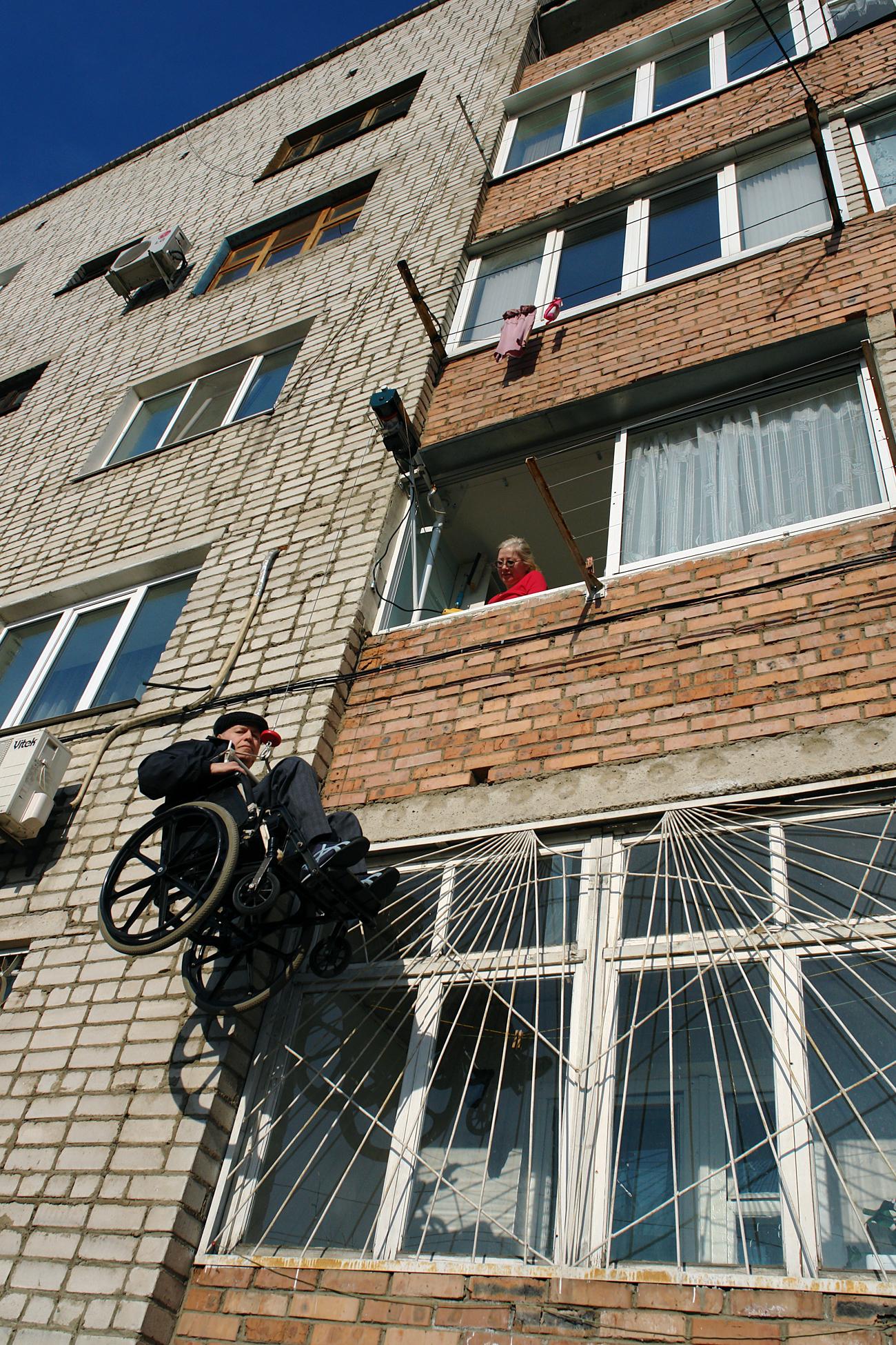 Юрий Косих, инвалид от Усурийск, изобрети собствен асансьор. Сергей Флоренцев/ТАСС