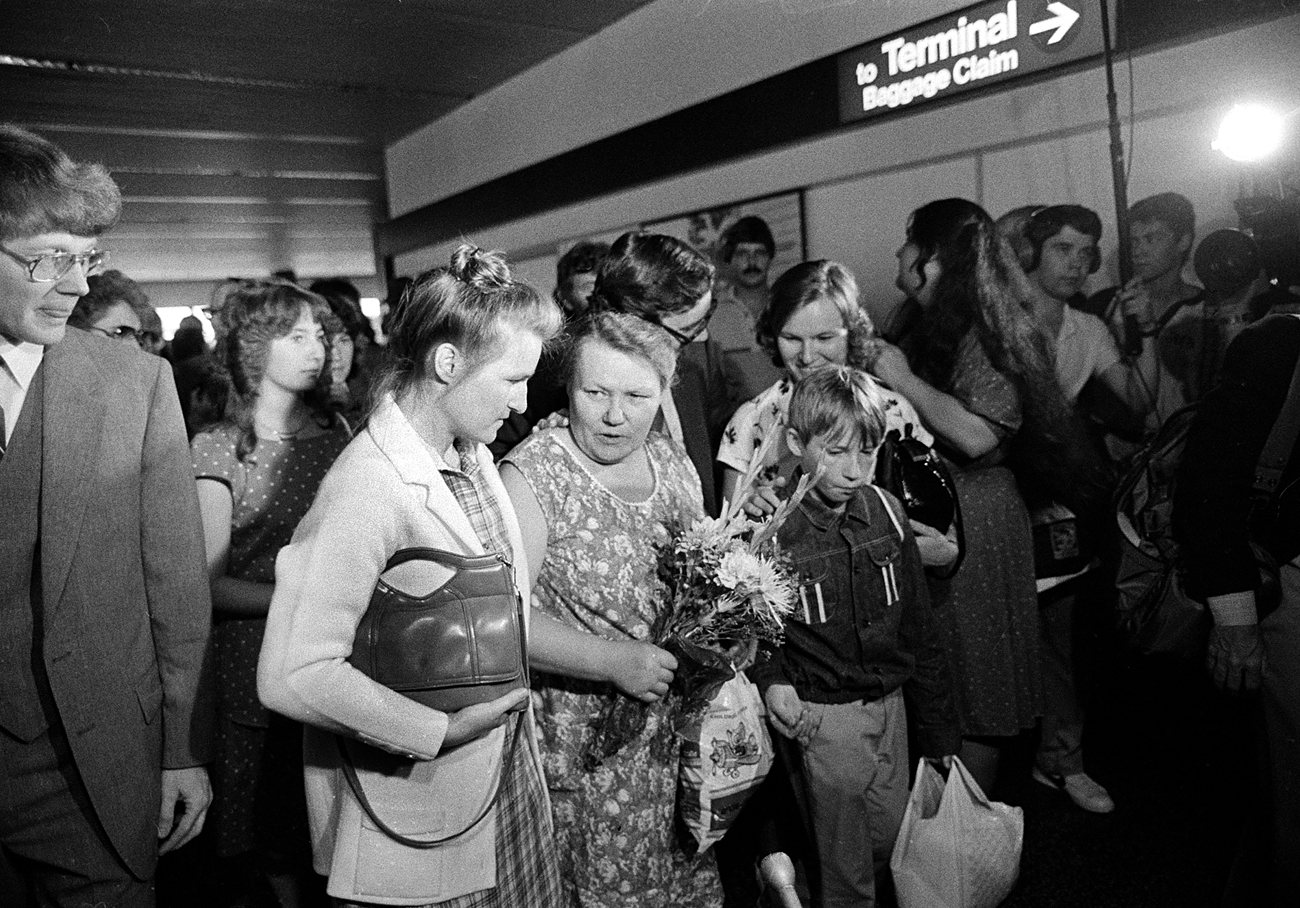 Augustina Vashchenko, center, walks with members of her family arriving at the Seattle, Wa., airport on July 30, 1983, after they received a permission to emigrate from the USSR the previous month.