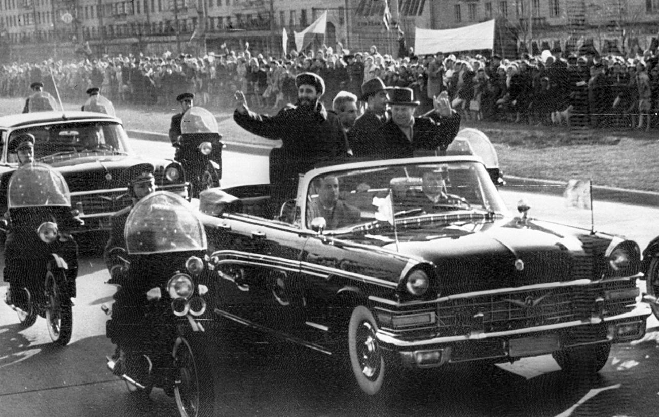 Fidel Castro con en líder soviético Nikita Jruschov en la avenida Lenin, el 28 de abril de 1964, durante una visita oficial a la URSS.