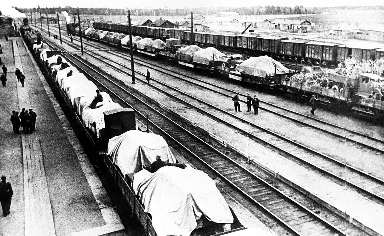 Red Army reserve soldiers moving to the front from the Moscow region, USSR, in 1941. Source: Arkady Shaikhet (Reproduction)