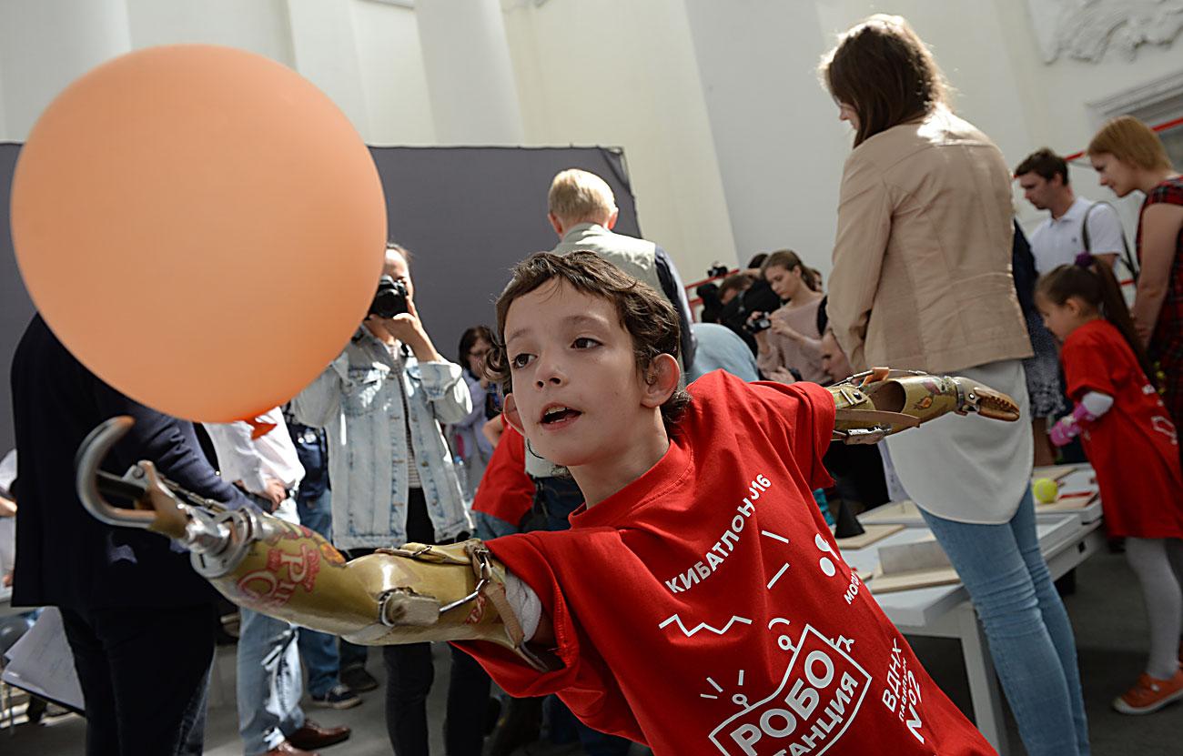 """Учесник во првиот натпревар во Русија за лица со хендикеп """"Кибатлон"""" демонстрира вештини за управување со простетички екстремитети во Интерактивниот музеј на иднината """"Робостаница"""" во ВДНХ во Москва."""