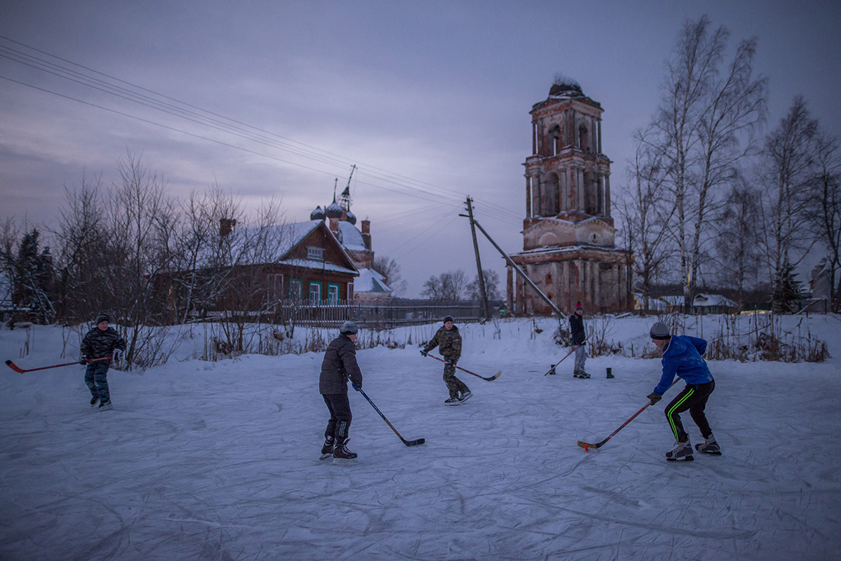 Shirinye village, Yaroslav Oblast. Schoolchildren playing hockey in the yard.