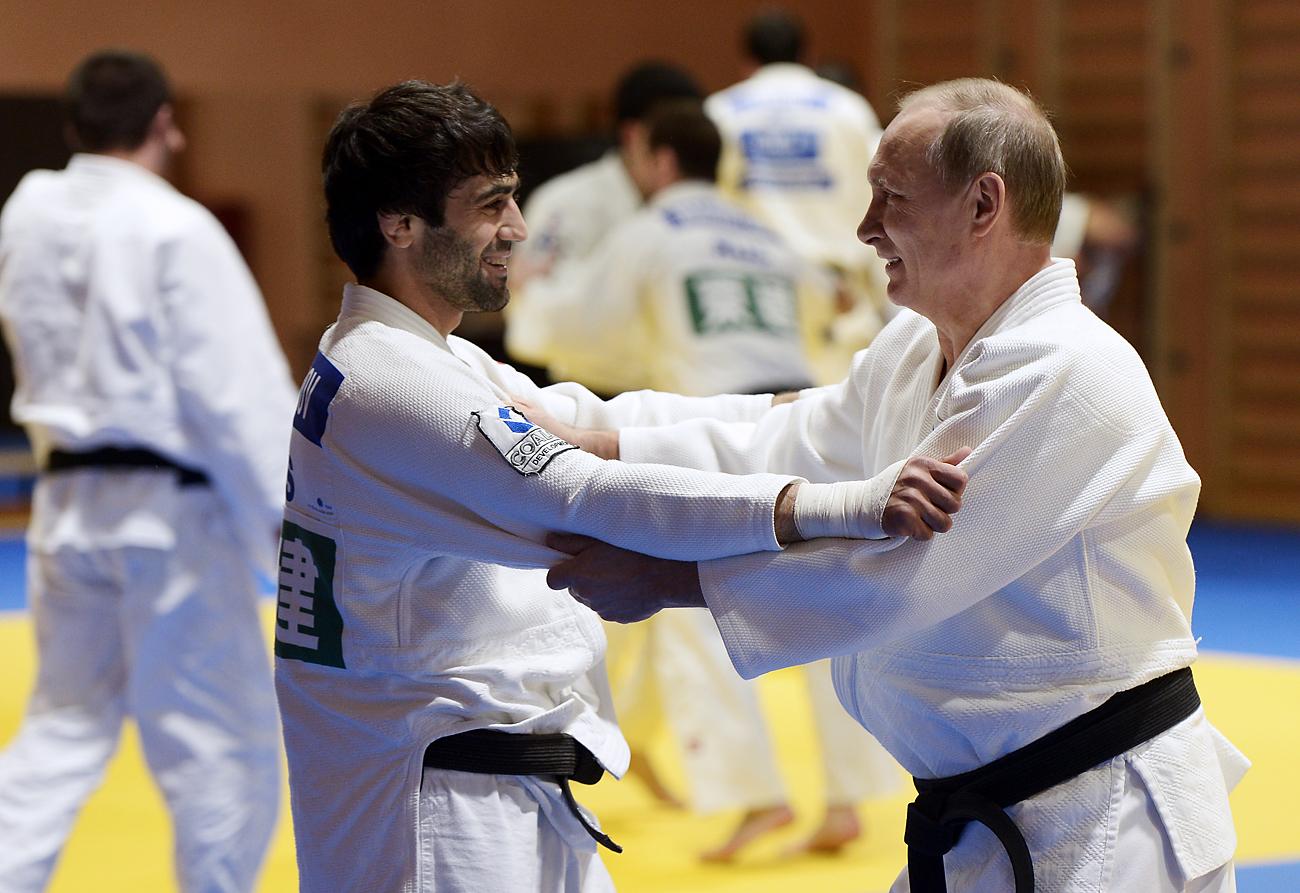 リオ五輪柔道男子60キロ級で金メダルを取ったベスラン・ムドラノフ選手とプーチン大統領、ソチ、1月8日、2016年=