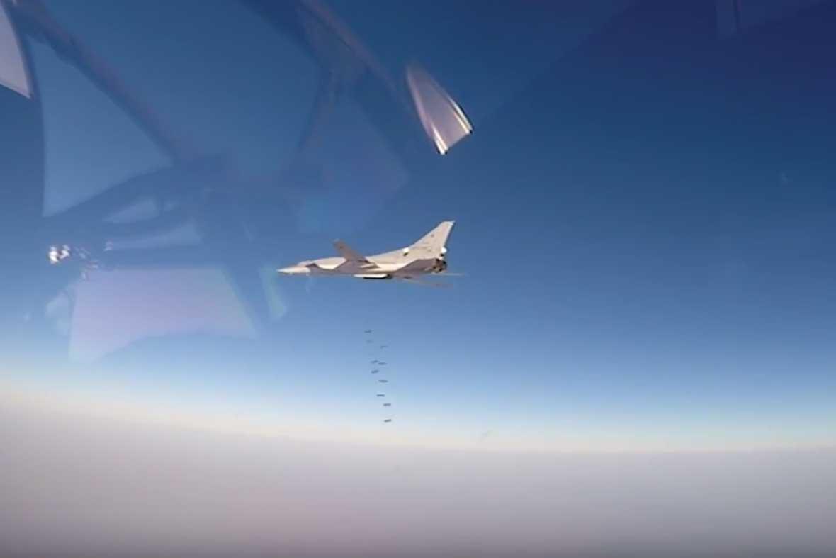Pesawat pengebom jarak jauh Rusia Tupolev-22M3 dan pesawat pengebom garis depan Sukhoi-34 melancarkan serangan terhadap target ISIS di Provinsi Deir ez-Zor, Suriah.