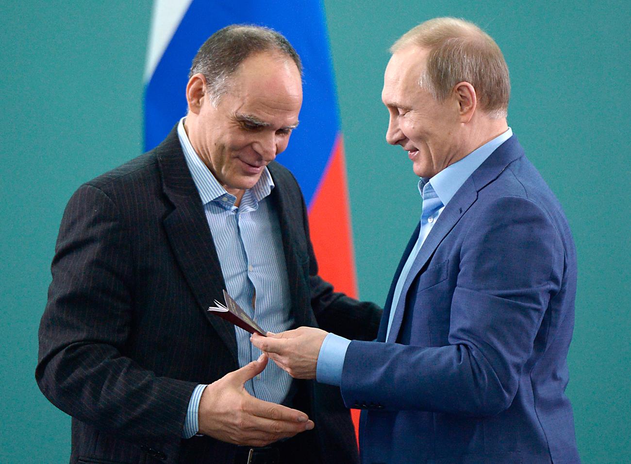 Am 8. Januar 2016 erhielt der russische Judo-Nationaltrainer Ezio Gamba seinen russischen Pass aus den Händen Wladimir Putins. Foto: AP