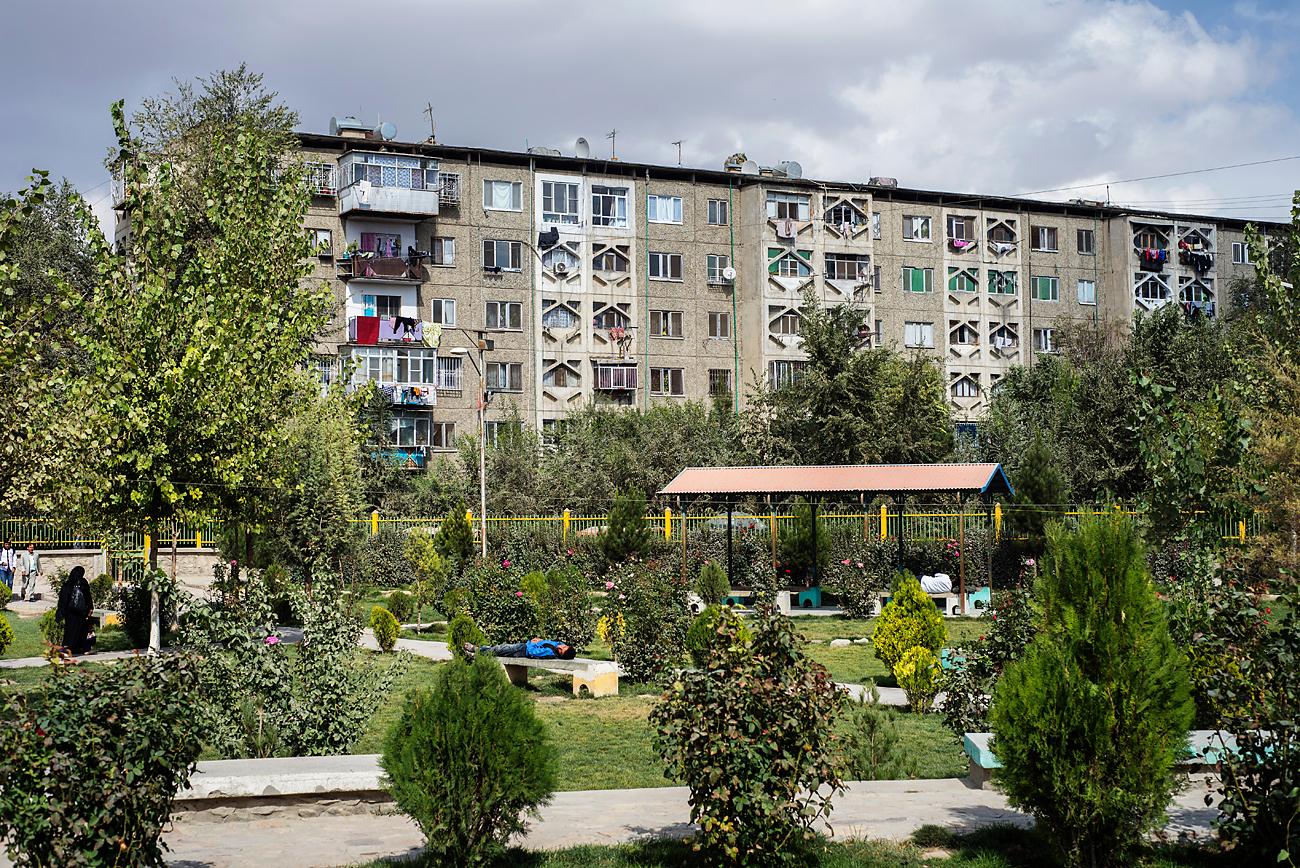 Pogled na večnadstropni stanovanjski blok v Tretjem Makrorajonu. Bloke v sovjetskem slogu so tukaj postavljali v času sovjetsko-afganistanskega vojaškega sodelovanja. Vir: Alamy/Legion-Media