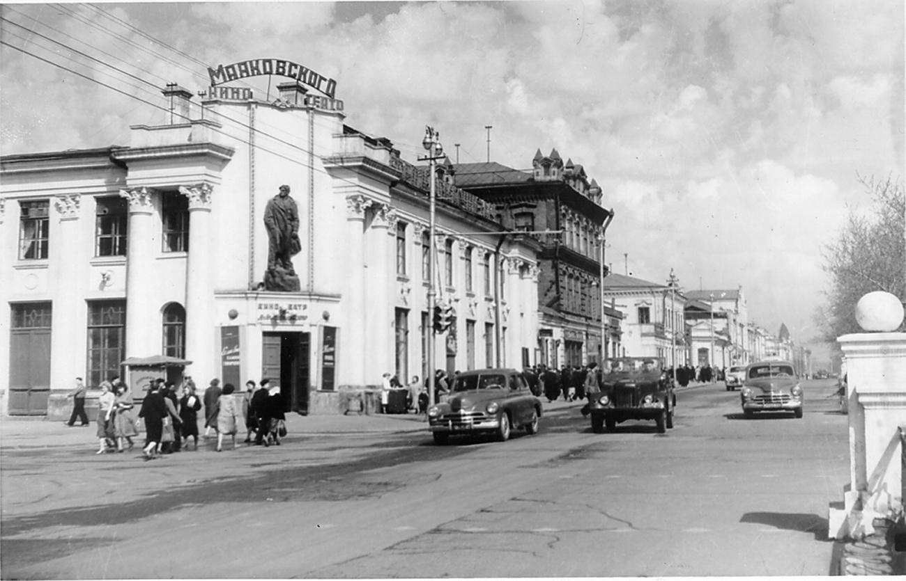 Nowosibirsk hat zu Beginn der 1930er-Jahre höchstens 200 000 Einwohner, es gibt weitaus mehr Holzhütten als Steinhäuser. Für den jungen deutschen Architekten wird die Stadt zum künftigen Einsatzort.