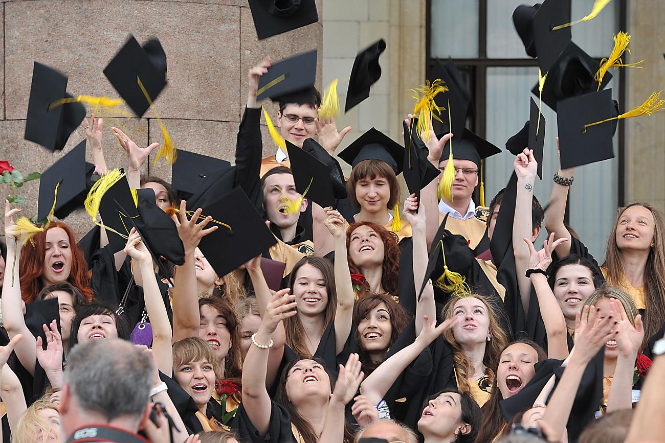 Gli studenti dell'Università statale di Mosca durante la festa di laurea.